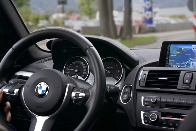 Elektryczny samochód postojowy – co to? po co? jak działa?